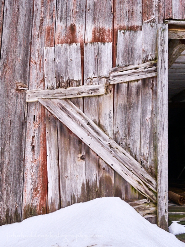 barn-door-snow